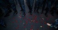 Архивное фото сотрудникоа правоохранительных органов во время масштабной акции протеста против повышения тарифов на электроэнергию в Ереване