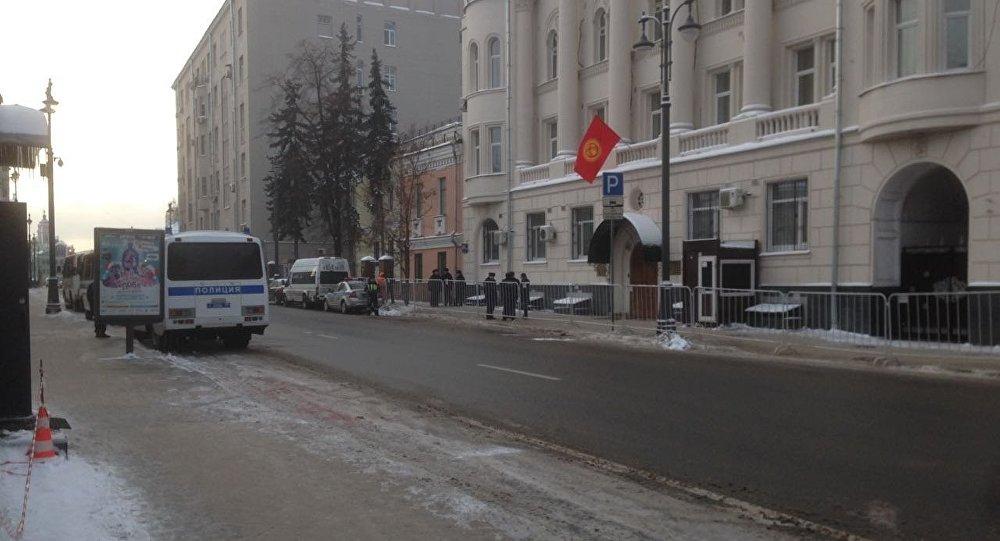 Москвадагы Кыргызстандын элчилигинин алдындагы полиция кызматкерлери