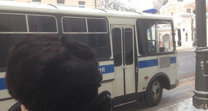 социалдык тармактын колдонуучулары Москва шаарындагы Кыргызстандын элчилигинин алдына ОМОНдор чогулуп, имараттын алды темир тосмолор менен толсулганын жазышкан