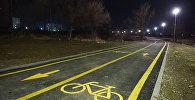 Фонари освещения установленные вдоль велодорожки на юге столицы