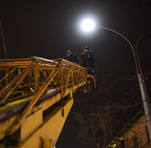 Работники МП Бишкексвет во время установки фонарей освещения. Архивное фото
