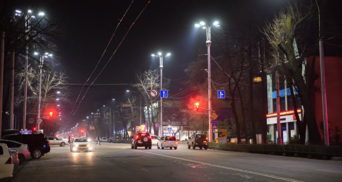 Автомобили на одной из улиц Бишкека в ночное время