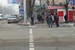 Ахунбаев көчөсү менен Чыңгыз Айтматов проспектисинин кесилишиндеги жолдун боюнда бети кездеме менен жабылып жаткан эркек адам