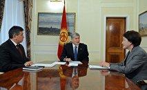 Президент Алмазбек Атамбаев премьер-министр Сооронбай Жээнбеков жана БШК төрайымы Нуржан Шайлдабекова менен жолугушуу учурунда