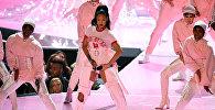 Американская R&B- и поп-певица и актриса Рианна во время выступления