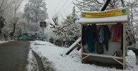 Полка с одеждами для нуждающихся для благотворительной акция в городе Ош