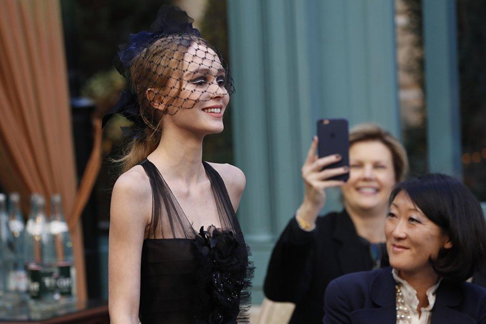 Chanel Metiers D'Art мода үйүнүн 13-көргөзмөсү. Ага америкалык актер Жонни Депптин кызы Лили-Роуз Депп катышты
