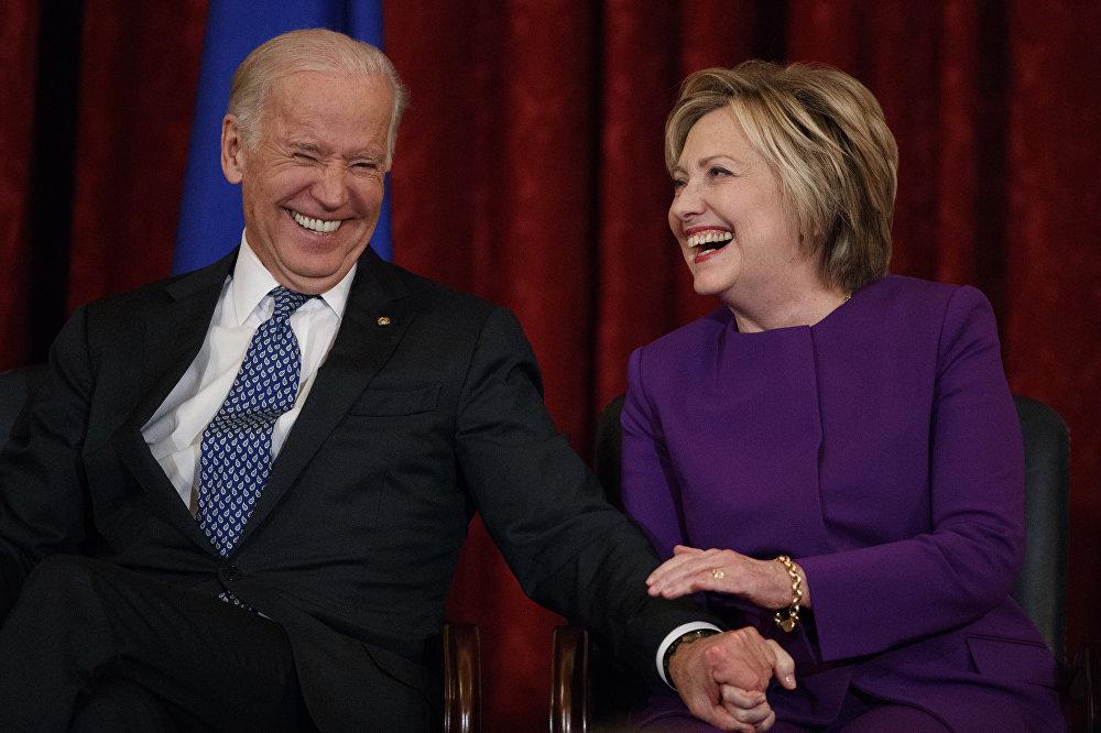 Мурдагы мамлекеттик катчы Хилари Клинтон менен вице-президент Джо Байден Вашингтондогу Капитолийде сенатор Гарри Риддин урматына уюштурулган салтанатта