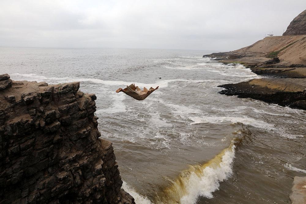 Лиманын (Перу) Эррадур пляжындагы 13 метрлик аскадан секирүү