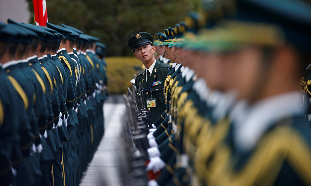 Япониянын адак падышасы АКШнын коргоо министри Эш Картерди Токиодон тосууга даярдык көрүп жатат