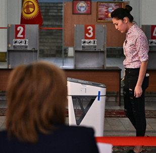 Девушка на избирательном участке. Архивное фото