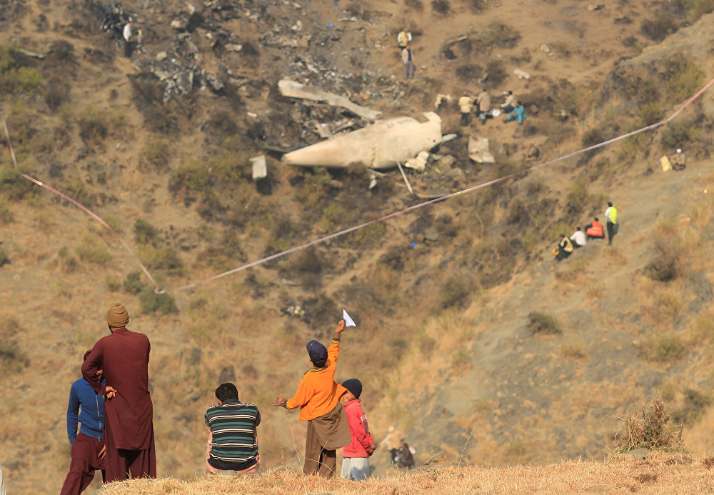 Ичине 47 жүргүнчү салган Пакистандын учагы кыйроого учурады. Кырсыктан эч ким тирүү калган эмес