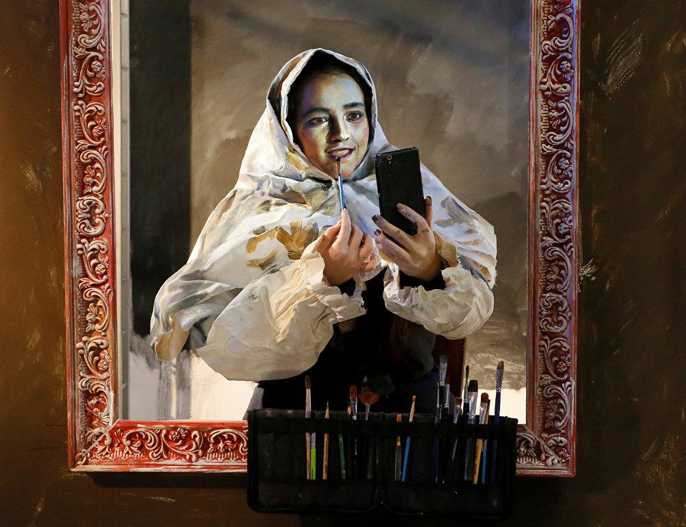 Орус сүрөтчүсү Мария Гасанованын Красноярск шаарындагы арт-көргөзмө үчүн боенуп жаткан учуру