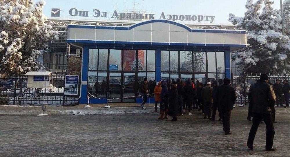 Пассажиры в ожидании рейсов после задержания 11 авиарейсов в аэропорту города Ош