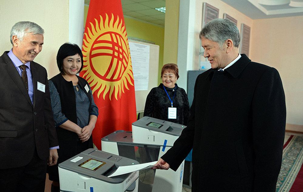 Алмазбек Атамбаев № 5-кесиптик лицейинде жайгашкан № 1209-шайлоо участогунда добуш берди