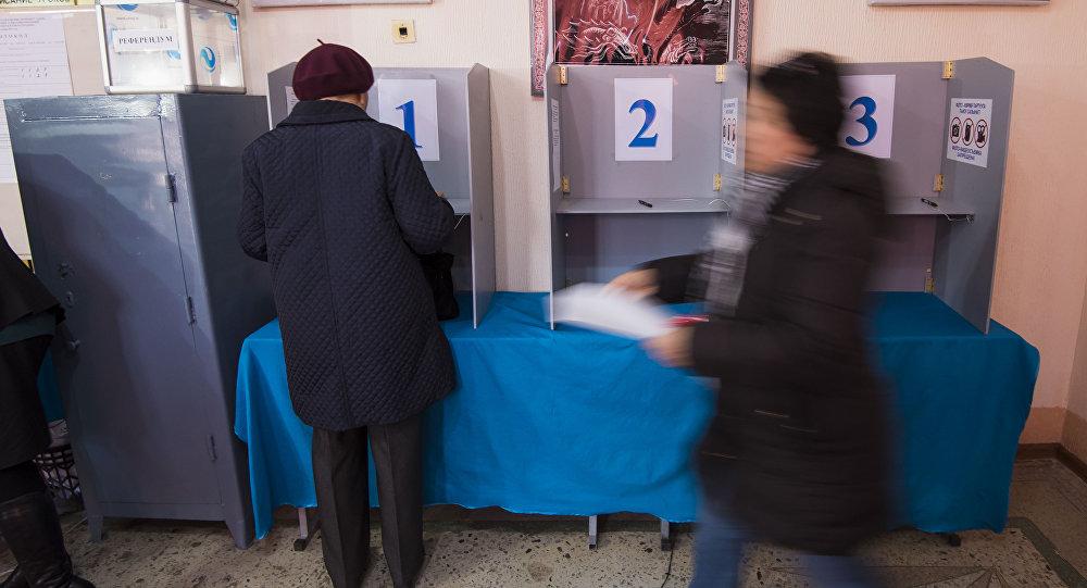 Жители Бишкека во время голосования на выборах в местные кенеши и референдум на избирательном участке 1209 в столице