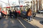 Бишкек шаарынын Чүй менен Совет көчөлөрүнүн кесилишинде троллейбус менен Volkswagen Golf II үлгүсүндөгү автоунаа кагышып кетти