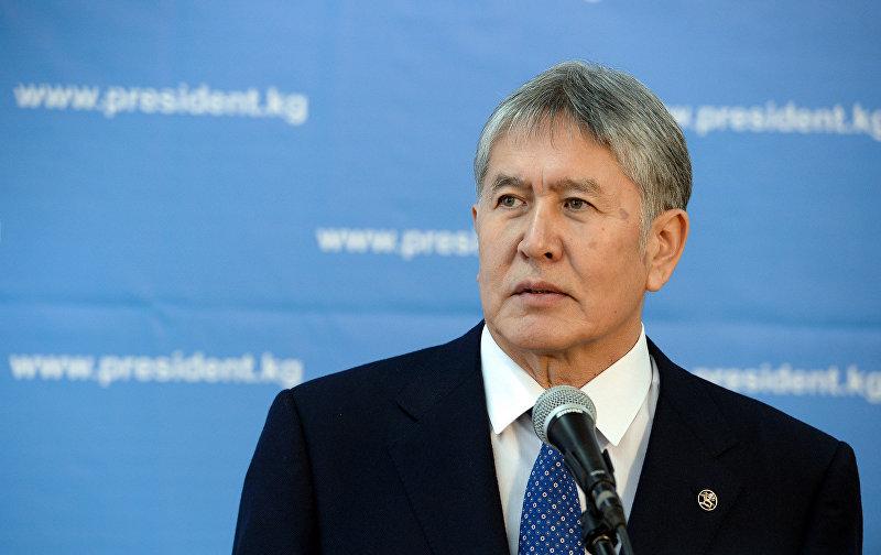 Президент КР Алмазбек Атамбаев после голосования на выборах в местные кенеши и референдум на избирательном участке 1209 в столице