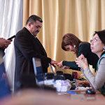 Глава столицы на избирательном участке во время выборов президента КР