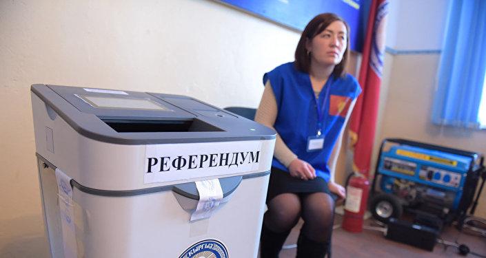 Голосование на выборах в местные кенеши и референдум в селе Арашан