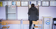 Избиратель во время голосования на выборах. Архивное фото
