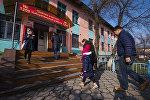 Жители Бишкека во время на избирательном участке во время выборов. Архивное фото