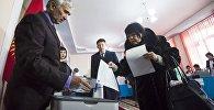 Жители Бишкека на избирательном участке № 1209 во время референдума о внесении изменений в конституцию
