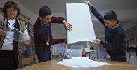 Сотрудник ТИК во время подсчета голосовов на выборах. Архивное фото
