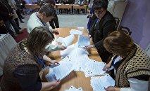 Сотрудники ТИК во время подсчета голосов на выборах. Архивное фото