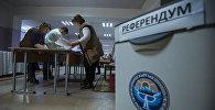 Сотрудники ЦИК во время подсчета голосов. Архивное фото