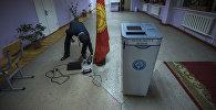 Сотрудник ТИК во время подсчета голосов на выборах в местные кенеши