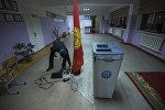 Сотрудник ТИК во время подготовки к выборам в местные кенеши. Архивное фото