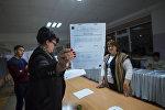 Сотрудники ТИК во время подсчета голосов на референдуме. Архивное фото