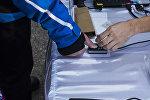 Проверка на биометрику во время голосования на выборах. Архивное фото