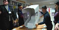 Куча бюллетеней — в избирательных участках ведется подсчет голосов