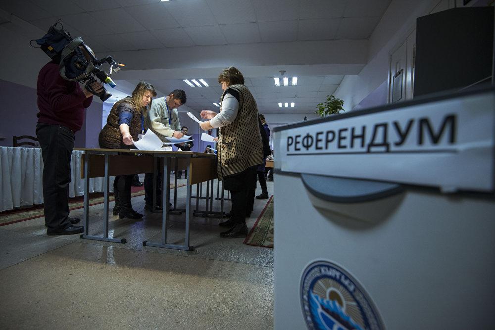 Жекшемби күнү кыргызстандыктар жергиликтүү кеңешке депутаттарды тандап, Конституцияга өзгөртүү киргизүү үчүн добуш беришти.