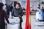 Избиратели во время выборов. Архивное фото