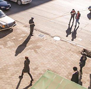 Люди на одной из центральных улиц Бишкека возле площади Ала-Тоо. Архивное фото