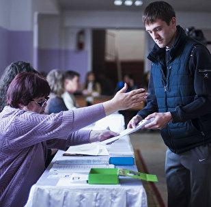 Голосование на выборах в местные кенеши и референдуме в Бишкеке