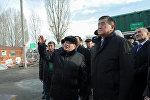 Премьер-министр Сооронбай Жээнбеков кыргыз-казак мамлекеттик чек арасындагы өткөрүү пункттарын жаңылоо иштери менен таанышты
