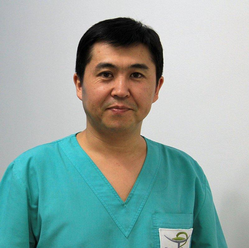 Пластический хирург Султан Тукешов в рабочем кабинете