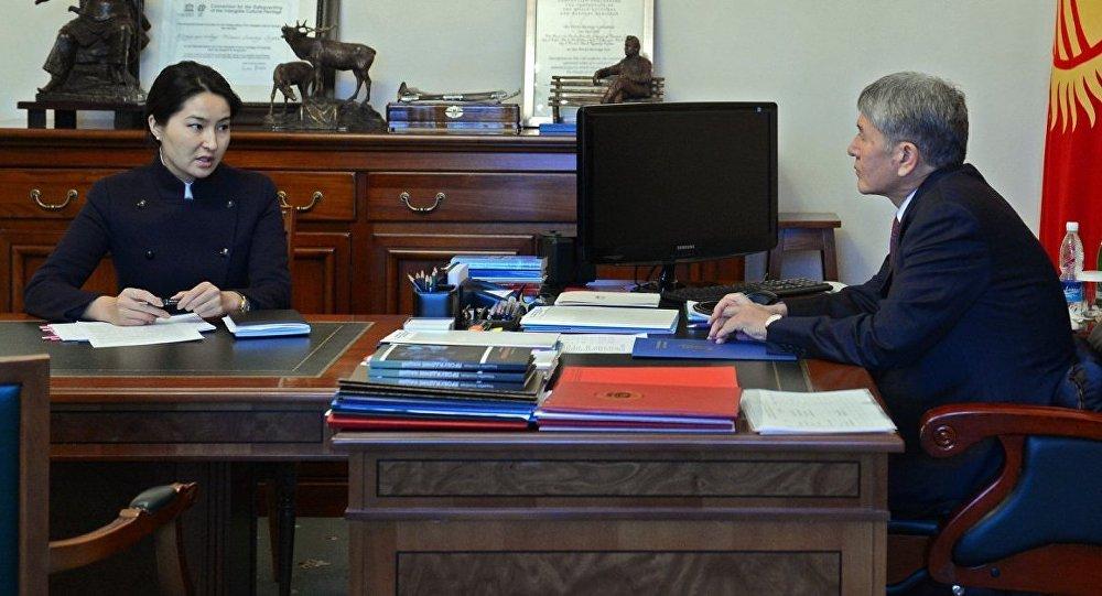 Алмазбек Атамбаев башкы прокурор Индира Жолдубаеваны кабыл алуу учурунда.