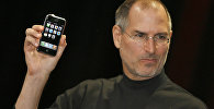 Apple компаниясынын аткаруучу диркетору Стив Джобс эң биринчи үлгүдөгү iPhone уюлдук телефонунун презентациясы учурунда, 9 январь 2007 жыл