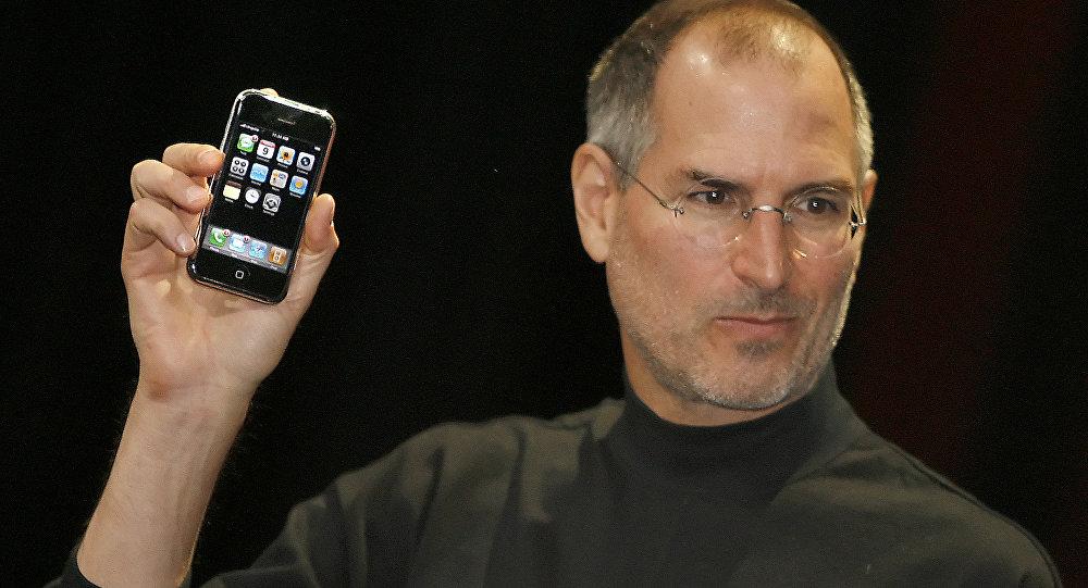 Apple компаниянын башчысы Стив Джобс iPhone менен. Архивдик сүрөт
