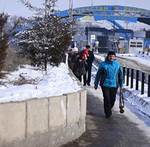 Люди на контрольно-пропускном пункте Ак-Жол на границе Кыргызстана и Казахстана. Архивное фото