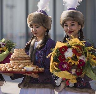 Девушки в национальных костюмах. Архивное фото