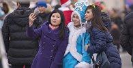 Девушки фотографирует на центральной площади Ала-Тоо. Архивное фото