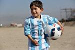 Юный фанат Лионеля Месси Муртаза в футбольной форме подаренный Месси