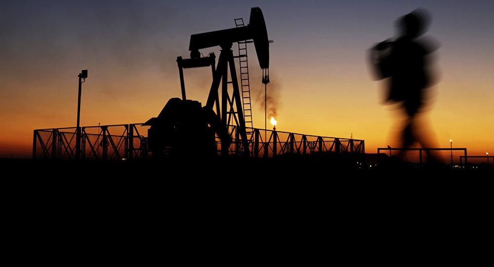 Мальчик на фоне нефтяных месторождений. Архивное фото