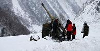Сотрудники противолавинной службы готовятся к артиллерийскому обстрелу. Архивное фото